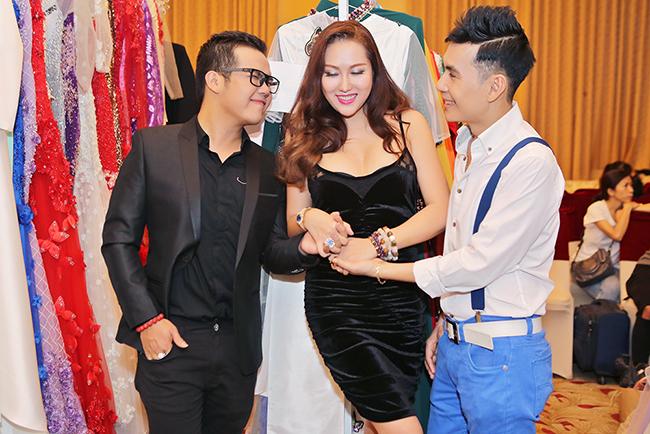 Đoan Trường hộ tống Phi Thanh Vân đến ủng hộ áo dài Minh Châu