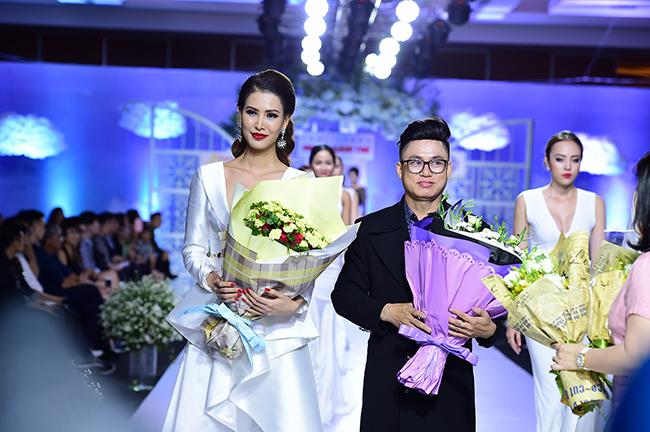 Thanh Hoài trở lại sàn diễn làm vedette áo dài Tommy Nguyễn
