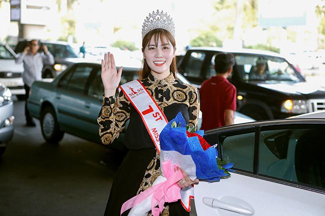 Âm thầm đi thi, Á hậu Hoàng Hạnh được chào đón nồng nhiệt trong ngày về nước