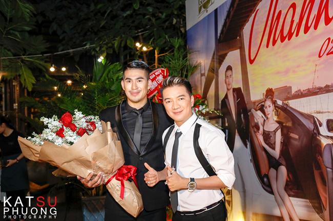 Đàm Vĩnh Hưng cầm hoa đến chúc mừng Trịnh Gia Kiệt và Hoàng Hạnh trong tiệc tri ân