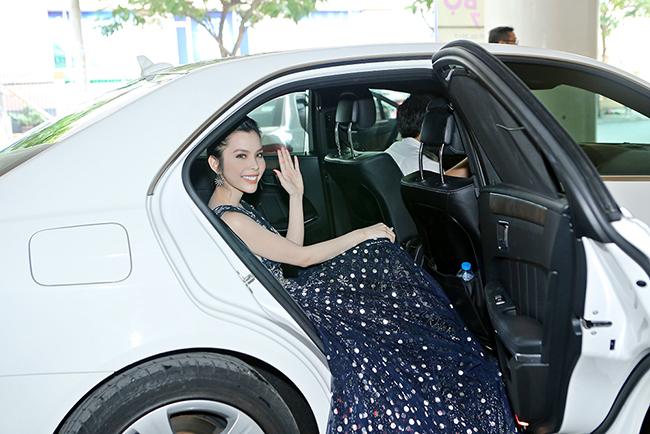 Á khôi Huỳnh Vy ngồi xe sang nổi bật tại sự kiện