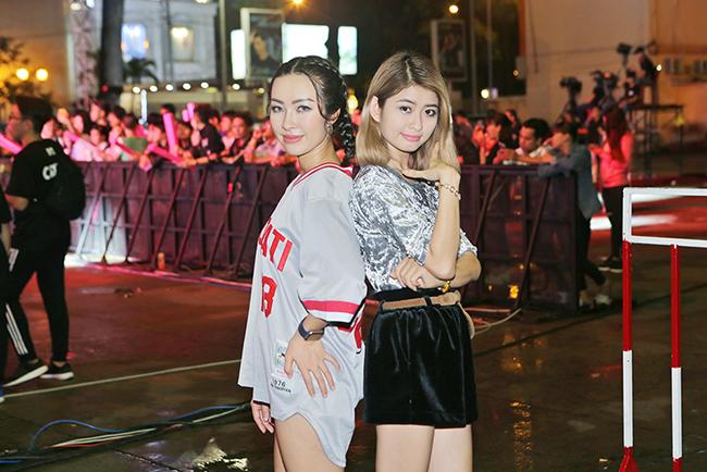 DJ Aria đọ dáng xinh đẹp bên DJ Rosy