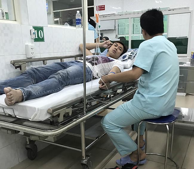 Hồ Việt Trung kiệt sức phải nhập viện sau đêm diễn
