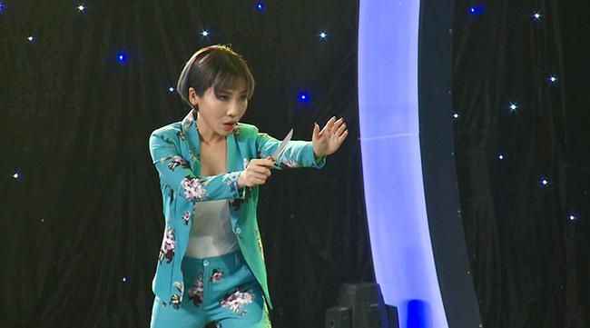 """Tôi có thể - Hằng Bing Boong khiến ban giám khảo """"ná thở"""" với màn phi dao"""