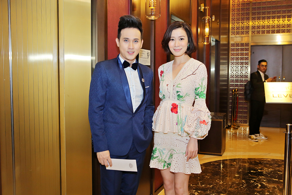 Ca sỹ Nguyên Vũ hộ tống diễn viên TVB Xa Thị Mạn đi sự kiện