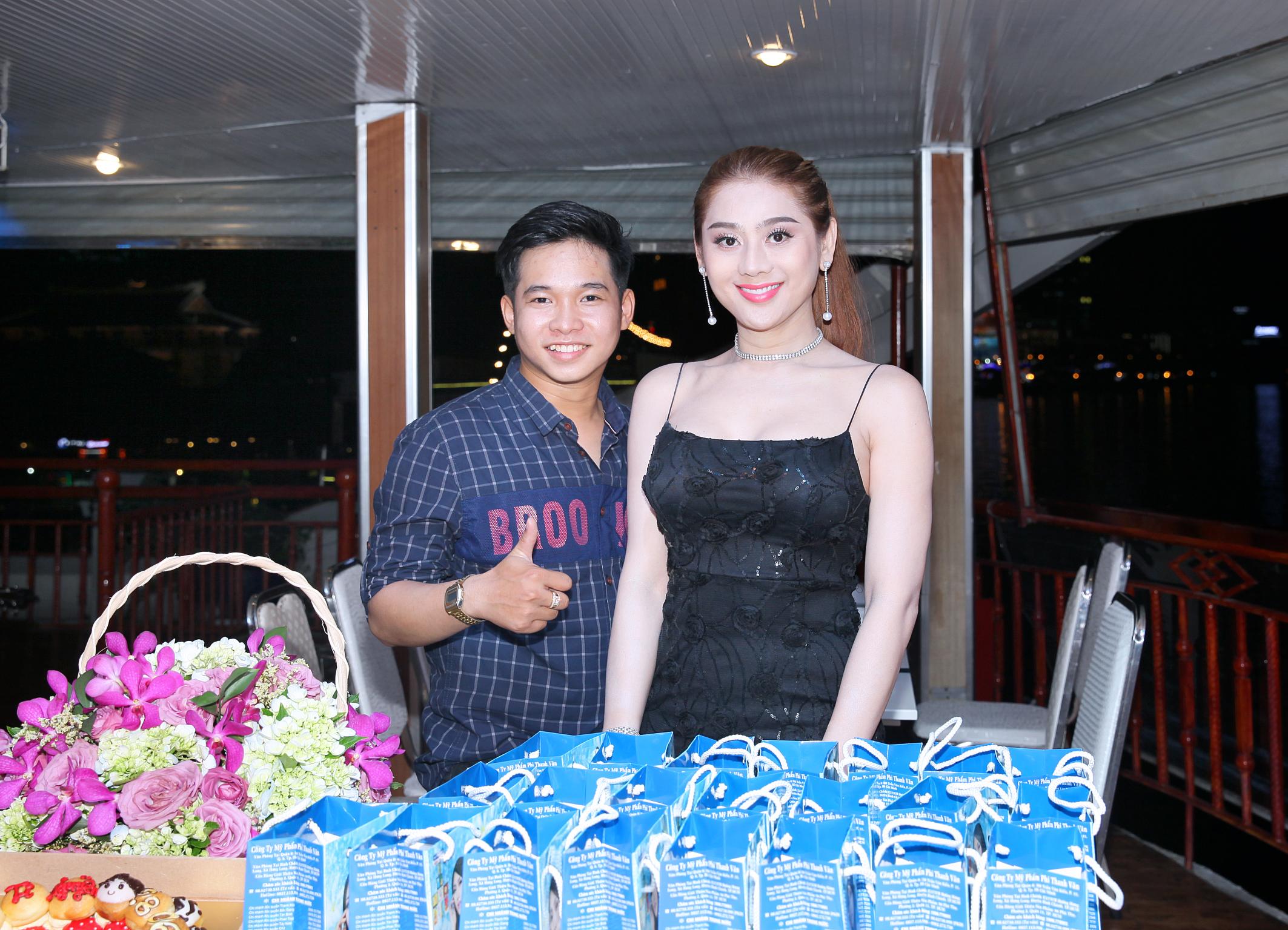 Ti Nguyễn tổ chức sinh nhật hoành tráng trên tàu nổi