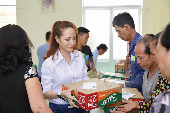 Hoa khôi Nguyễn Bảo Ngọc làm từ thiện ngay sau khi đăng quang