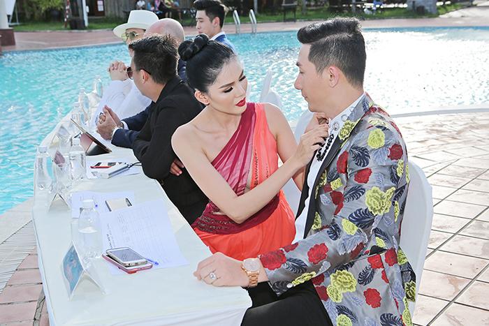 Á hậu Kim Nguyên thoải mái chỉnh áo Nam Phong khi cùng làm giám khảo