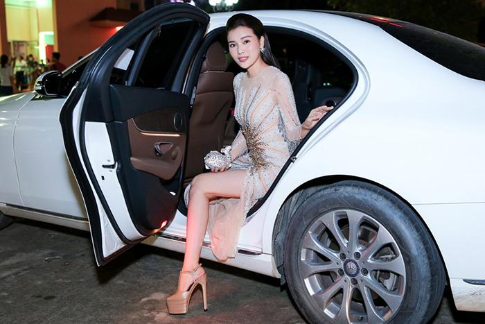 Cao Thái Hà ngồi xe sang khoe dáng tại sự kiện