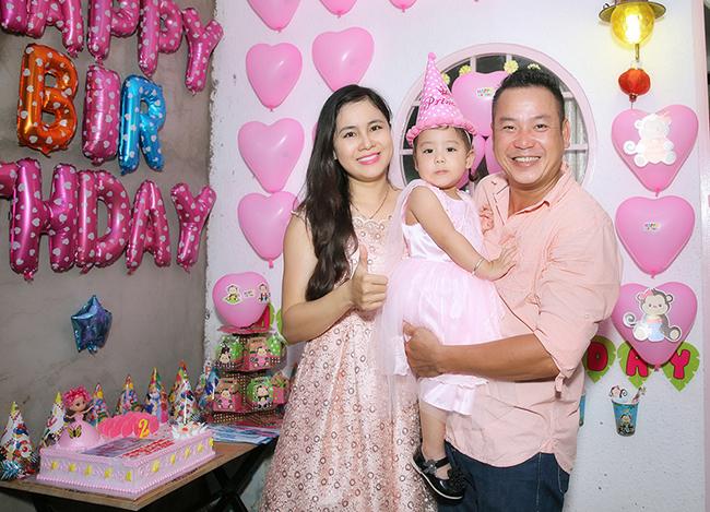 Quyền Lộc cùng vợ trẻ tổ chức sinh nhật cho con gái tại nhà riêng