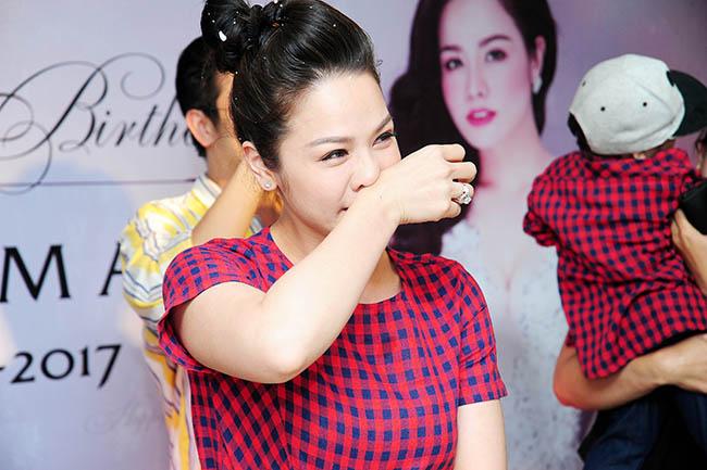 Fan tặng áo đắt tiền cho Nhật Kim Anh trong ngày sinh nhật