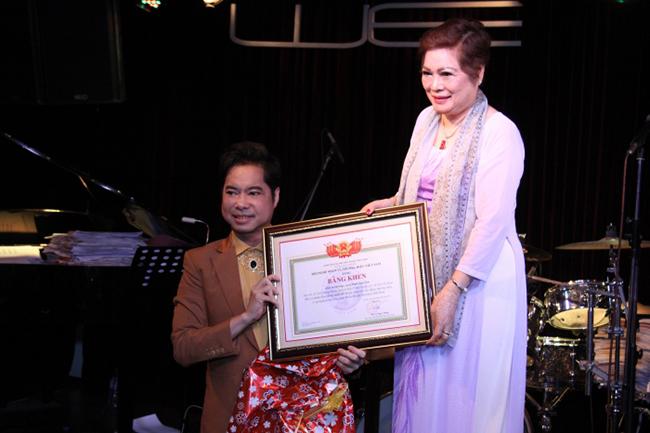 Ngọc Sơn quỳ gối trên sân khấu, dành tặng mẹ món quà đặc biệt