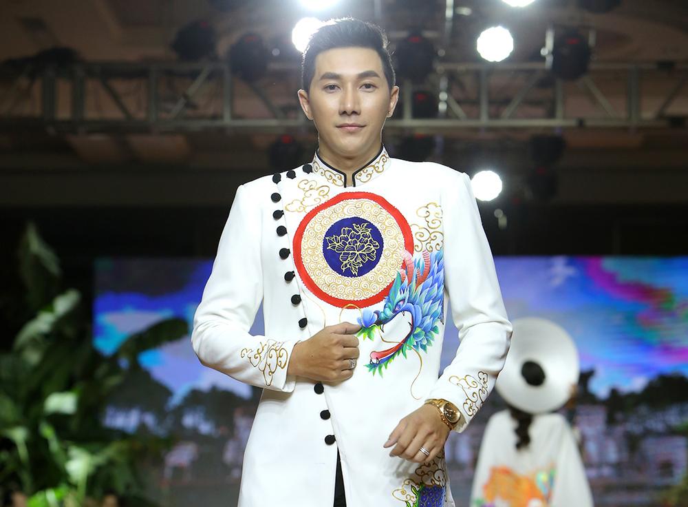 Á quân Nam Phong lịch lãm với áo dài trên đường băng