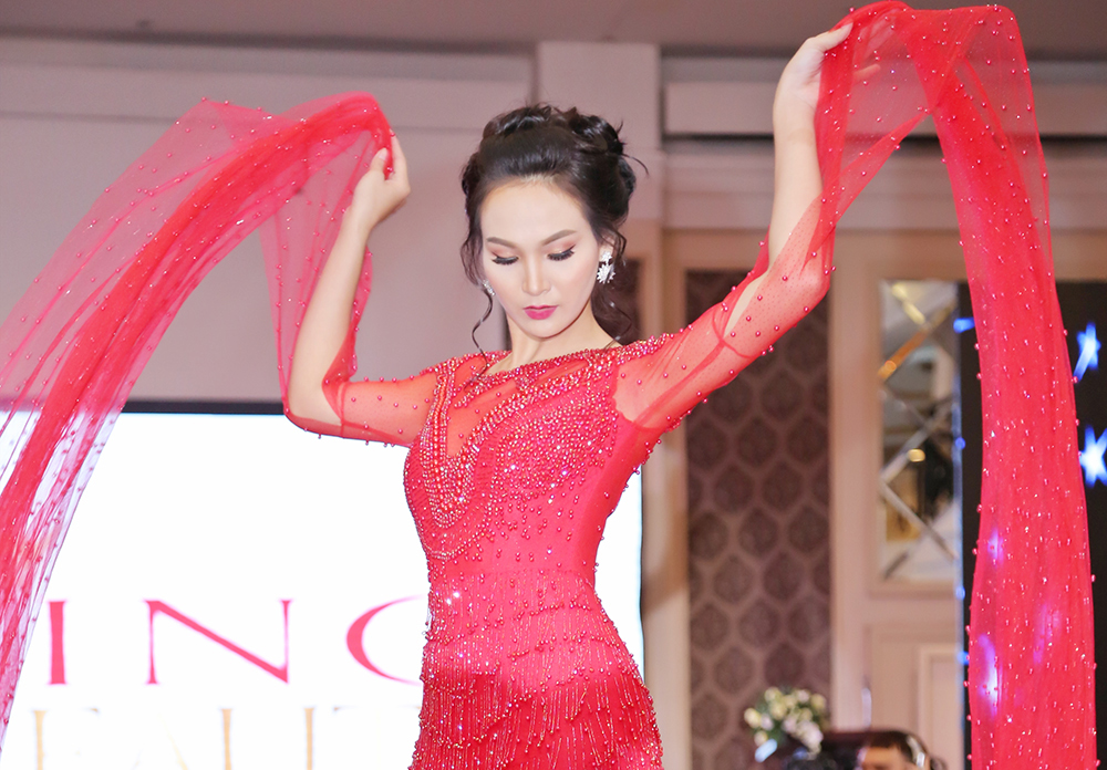 Trương Hải Vân diễn vedette cho NTK Tommy Nguyễn