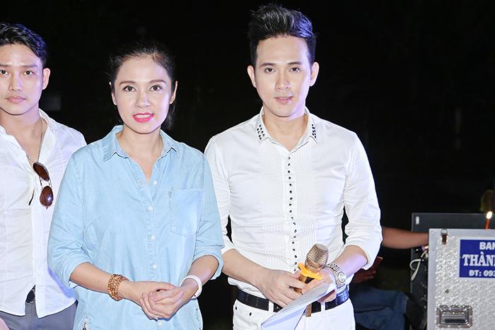 Nguyên Vũ, Việt Trinh cùng siêu mẫu Nam Phong phát quà cho hộ nghèo