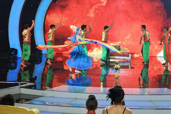 """Cao Mỹ Kim """"đốt mắt"""" khán giả với tiết mục nhảy Bollywood"""