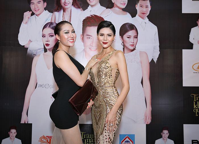 """Phi Thanh Vân và Kim Nguyên """"so kè"""" 3 vòng trên thảm đỏ"""