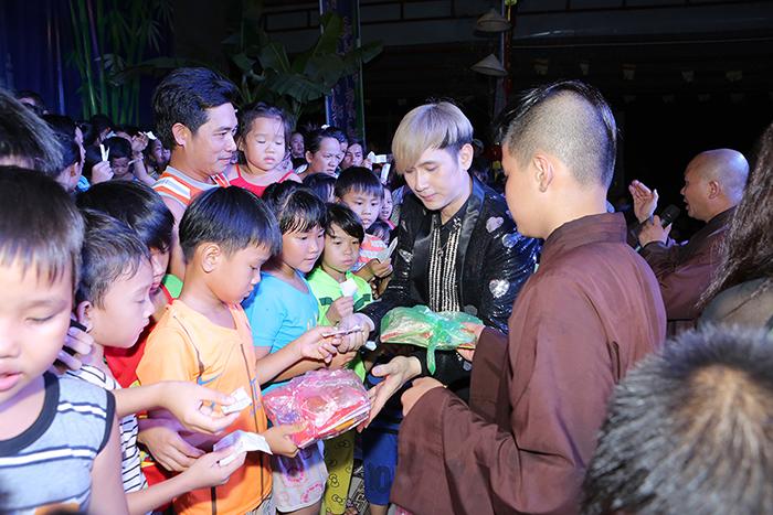 Nguyên Vũ giúp 6.000 trẻ em vui vẻ đón trung thu
