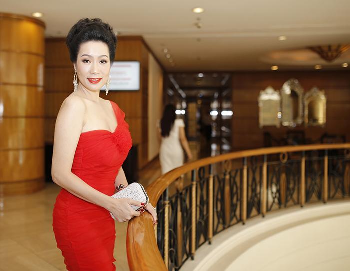 NSUT Trịnh Kim Chi khoe bờ vai trần nuột nà