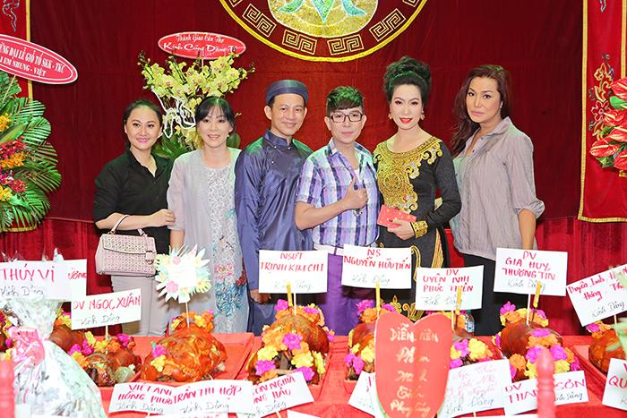 Dàn sao tề tụ đông đủ cúng Tổ tại sân khấu Trịnh Kim Chi