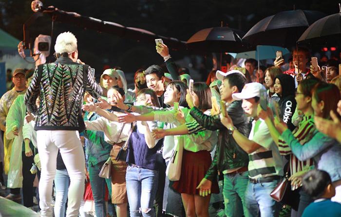 Châu Khải Phong giới thiệu hit mới với khán giả tại Hàn Quốc