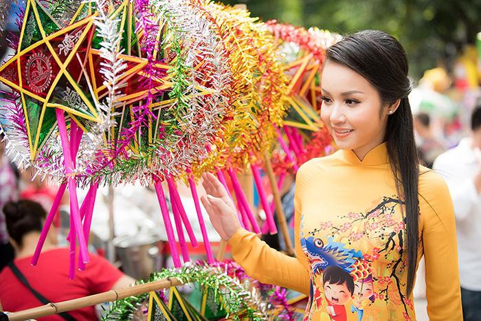 Bắt gặp Hoa hậu Amy Lê Anh dạo phố lồng đèn Hà Nội