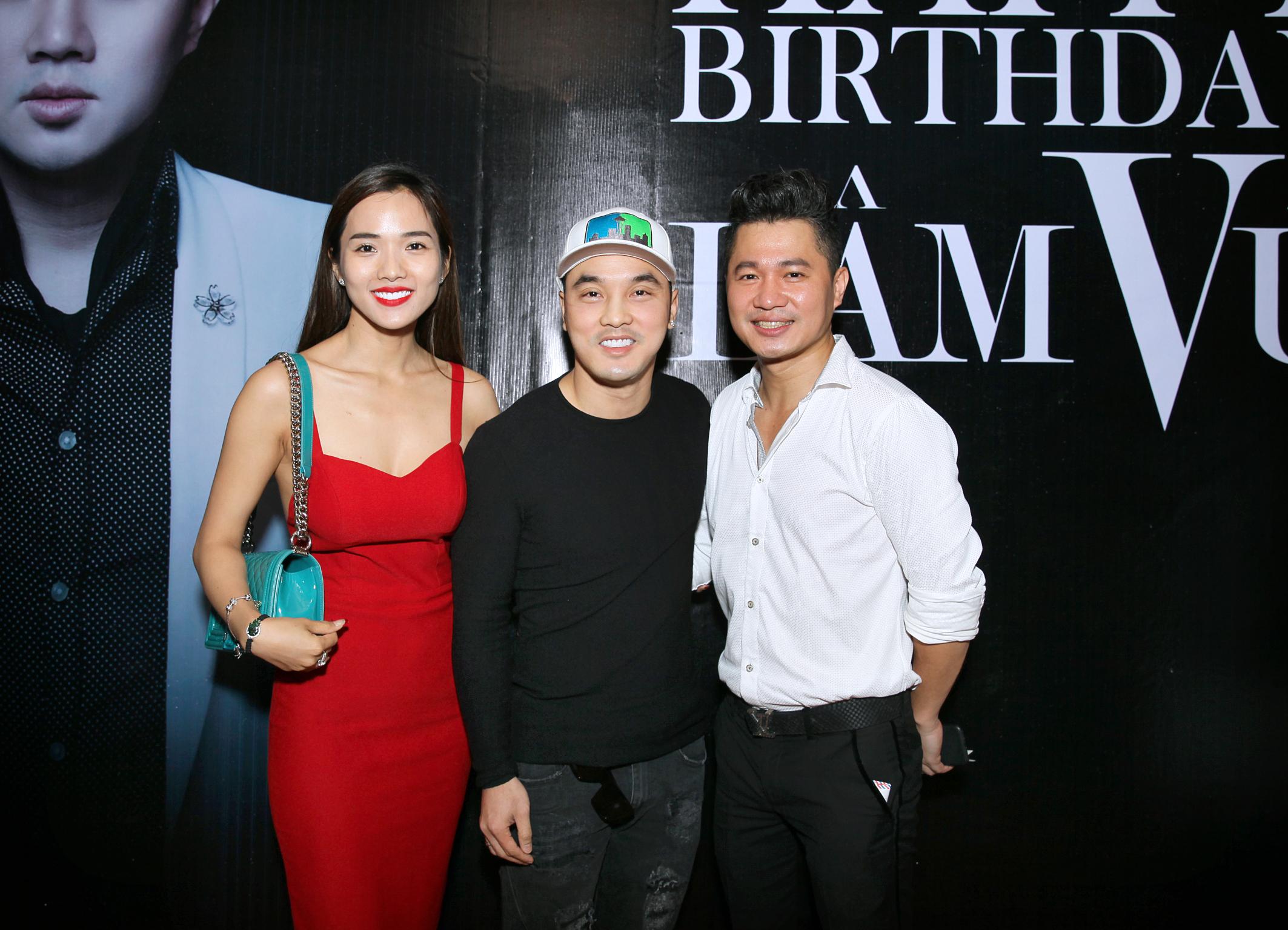 Vợ chồng Ưng Hoàng Phúc tay trong tay chúc mừng sinh nhật Lâm Vũ