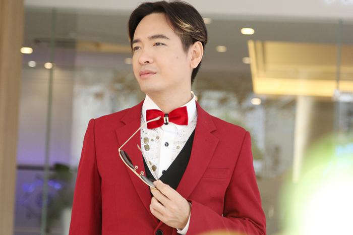 Ca sĩ Việt Quang lịch lãm với bộ vest đỏ rực, mái tóc bổ luống