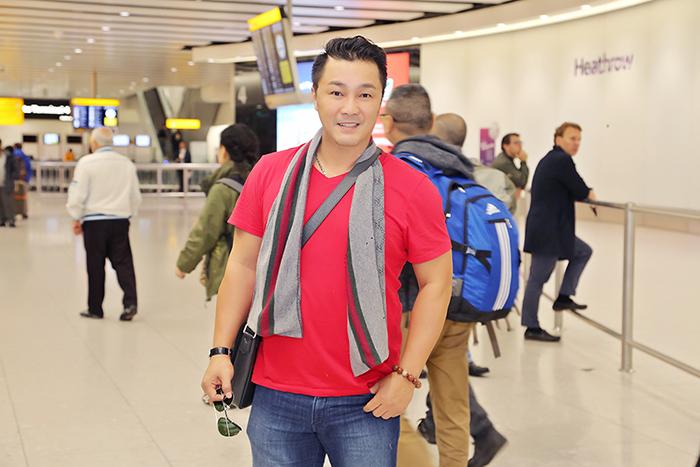 Bắt gặp Lý Hùng lần đầu xuất hiện rạng rỡ tại sân bay Anh Quốc