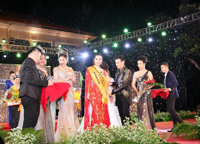 Ca Sĩ Nguyên Vũ, Trịnh Kim Chi trao vương miện cho 'Nữ hoàng doanh nhân Việt Nam 2017'