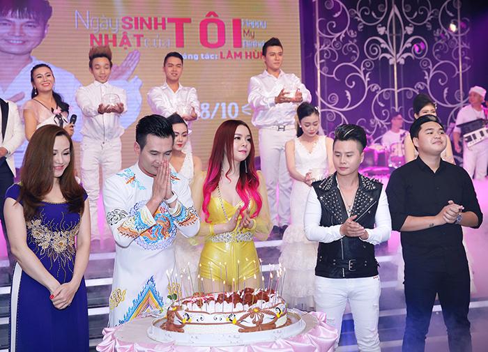 Ca sỹ Lâm Hùng bật khóc trong tiệc mừng sinh nhật