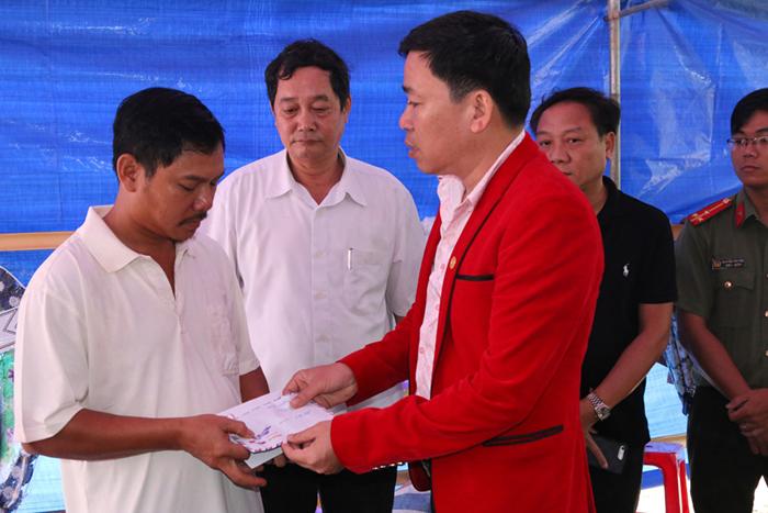 Michael Lang đến tận nơi hỗ trợ 100 triệu đồng cho bà con vùng lũ Quảng Nam