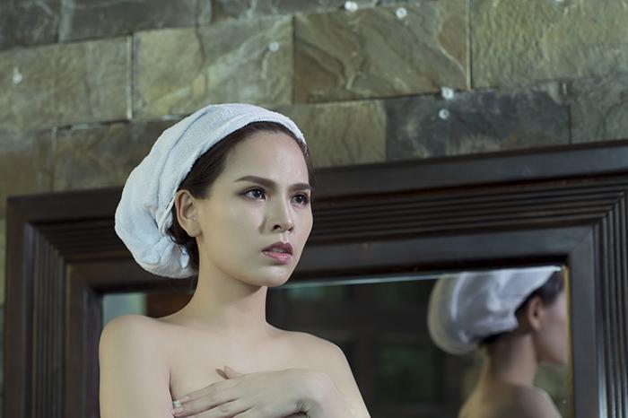 """""""Kẻ trộm"""" nhà Phi Huyền Trang """"đứng hình"""" trước thân hình không mảnh vải"""