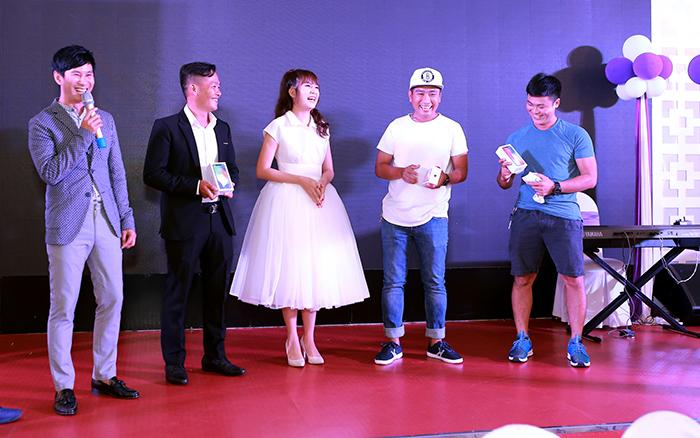 Lý Hải chịu chơi tặng 3 Iphone X cho ekip thực hiện phim Lật Mặt 3