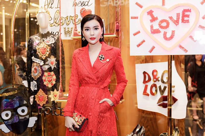 Cao Thái Hà chính thức trở lại, tích cực 'cày cuốc' dịp cuối năm