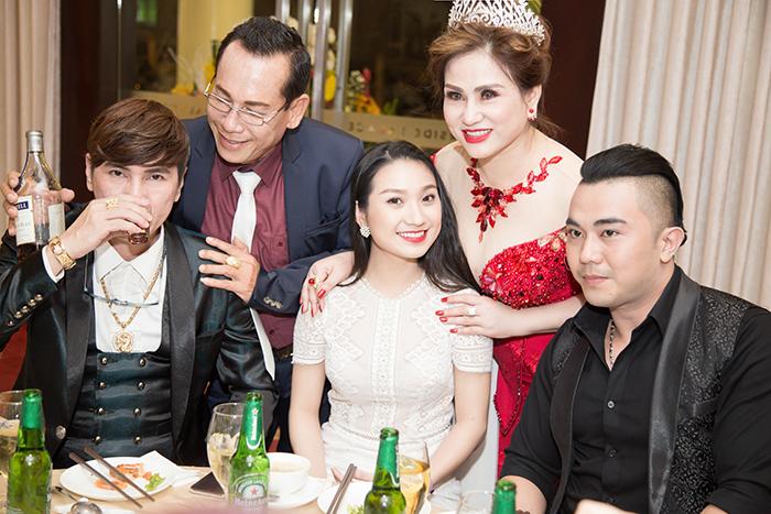 Tiệc tri ân của Á Hậu Sophia Thúy Nga rất ấm cúng trong vòng tay bè bạn