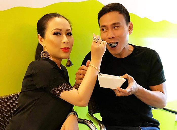 Hoa hậu Kristine Thảo Lâm tình tứ đút nhau ăn cùng Trí Quang