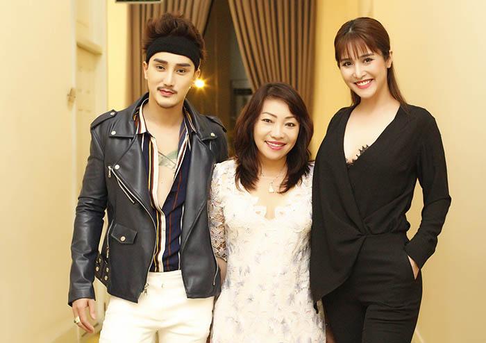 """Diễn viên Thảo Trang đọ dáng bên hot boy 13 lần """"dao kéo"""""""