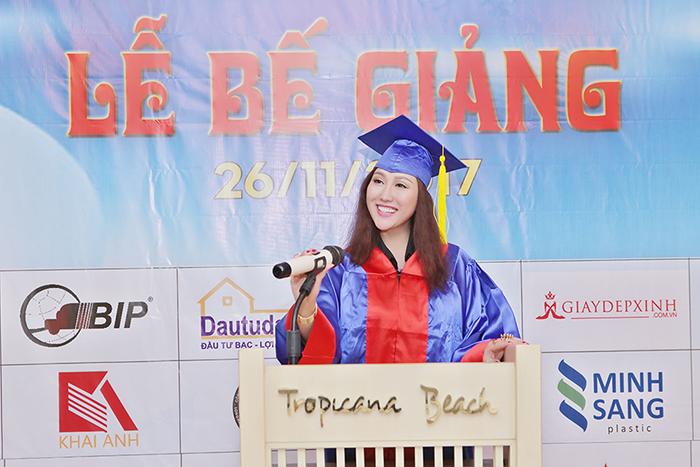 Phi Thanh Vân đẹp khó cưỡng trong lễ phục tốt nghiệp