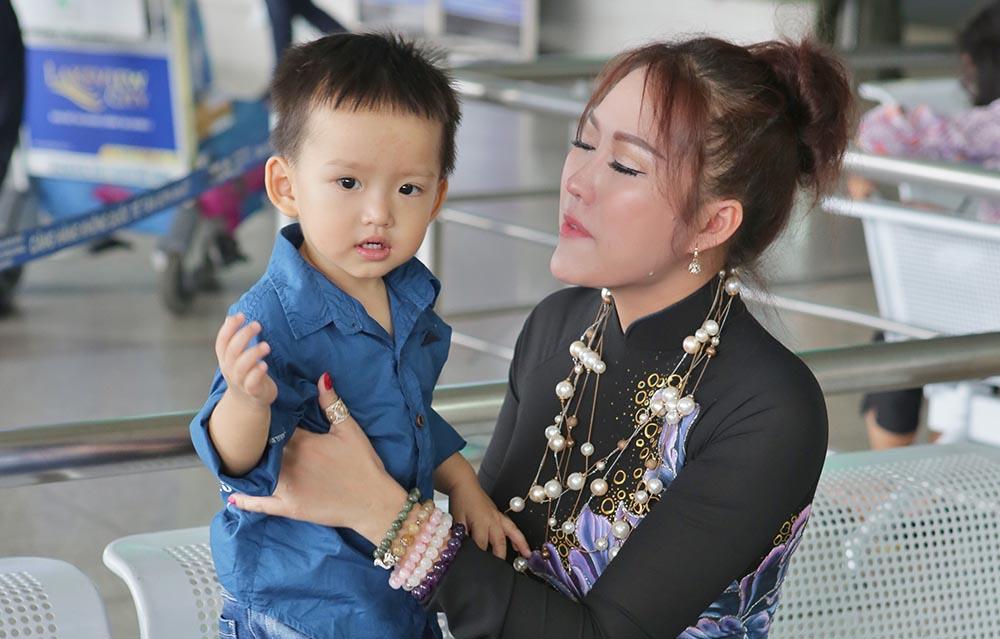 Phi Thanh Vân rơi lệ vì phải xa con để đi Mỹ thi Hoa hậu