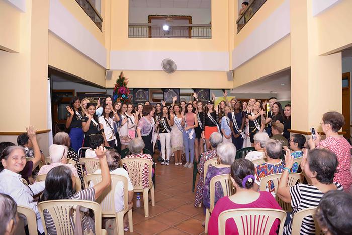 Dàn người đẹp Hoa hậu Đại sứ Du lịch bật khóc nức nở khi ghé thăm viện dưỡng lão