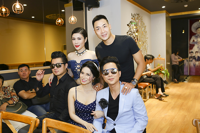 Ca sỹ Trang Thảo diện đầm xinh xắn hội ngộ dàn trai đẹp