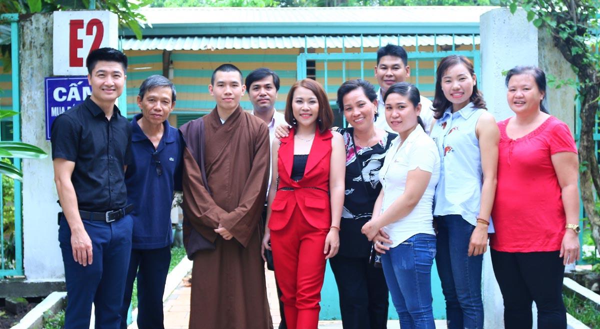 Ca sĩ Châu Ý Linh cùng Trái Tim Việt trao quà giáng sinh cho các bệnh nhân