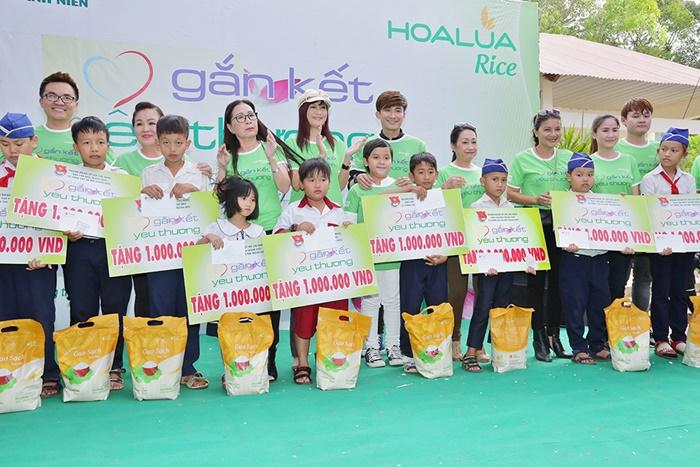 Đông đảo Sao Việt cùng về Đồng Nai phát gạo sạch Hoa Lúa cho học sinh nghèo