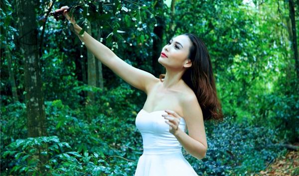 Thí sinh Hoa Hậu U30 Việt Nam gợi cảm khoe dáng giữa rừng đất thép Củ Chi