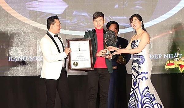 """Ca sĩ Nguyên Vũ nhận giải """"Nam thần có mái tóc đẹp nhất 2017"""" tại Thủ Đô Hà Nội"""