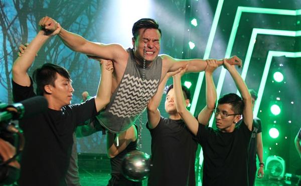 Lê Dương Bảo Lâm mang màn móc mắt ghê rợn lên sân khấu
