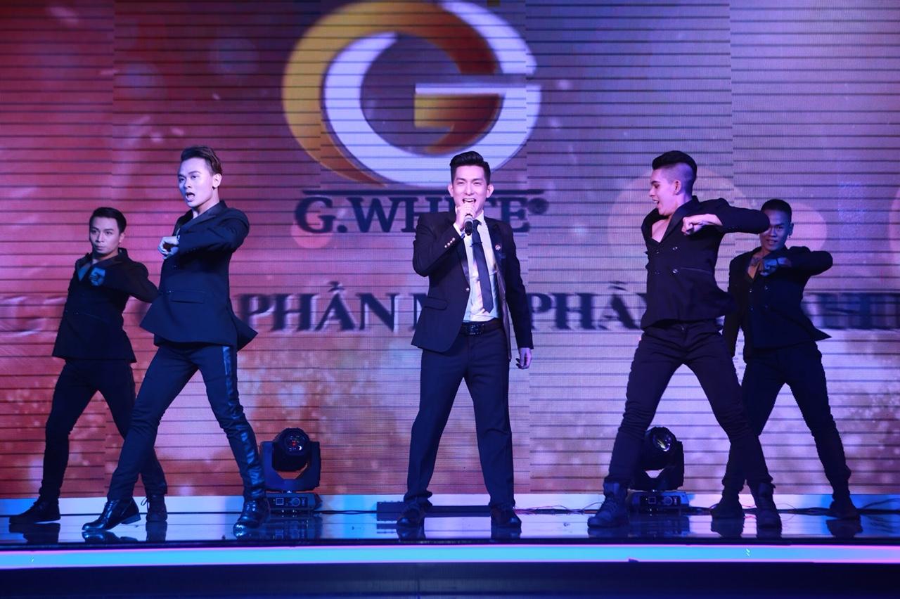 Chồng cũ Phi Thanh Vân - Bảo Duy mở màn trong lễ tổng kết cuối năm với một ca khúc