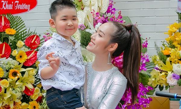 Con trai Diệp Bảo Ngọc vui khi bố gửi hoa tặng mẹ ngày lên chức bà chủ