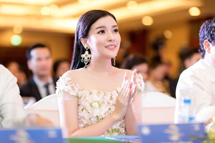 Cao Thái Hà động viên những cô gái nghèo thi hoa hậu để đổi đời